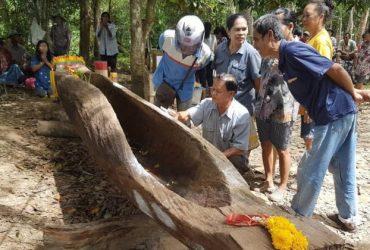 พบเรือไม้ตะเคียน 200 ปี โผล่กลางลำน้ำ
